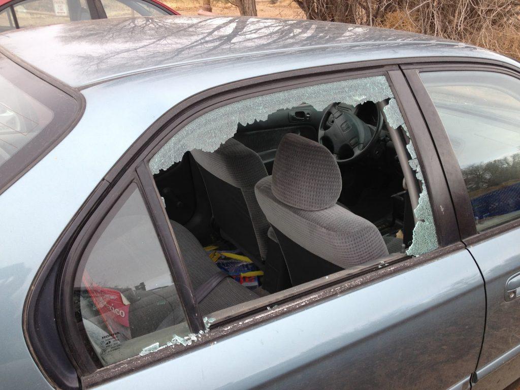 شیشه شکسته خودرو